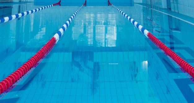 Изображение переулка в бассейне. концепция плавания.