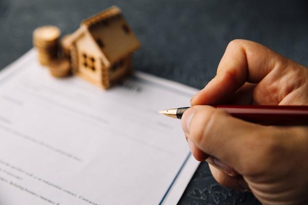 Изображение мужчины, подписывающего ипотечный или страховой договор или договор купли-продажи