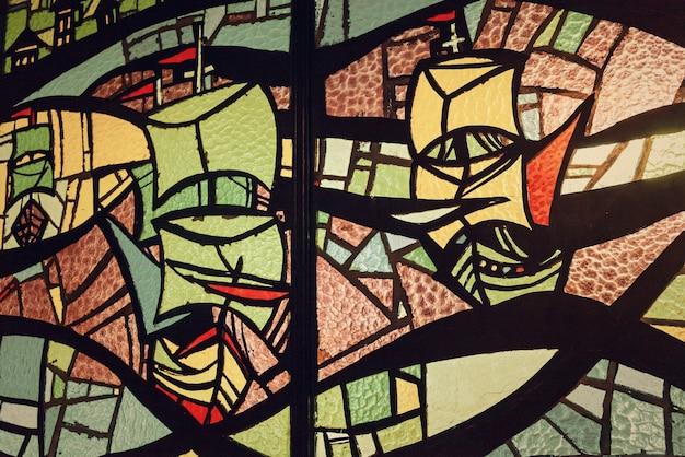 Изображение разноцветного витража с неправильным узором блоков зеленого оттенка, квадратный формат