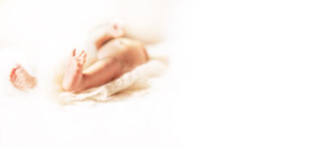 보육원의 소파에 누워 있는 신생아의 이미지. 광고 텍스트에 대한 흐릿한 이미지입니다. 복사 공간이 있는 사진