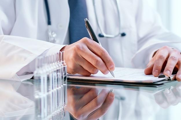 実験室のテーブルに座っている科学者の画像