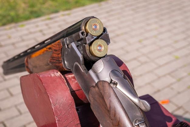 カートリッジが装填されたショットガンの画像。狩猟の概念。