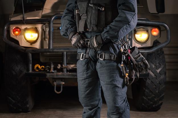 Изображение солдата спецподразделения перед военным грузовиком. концепция военной безопасности.