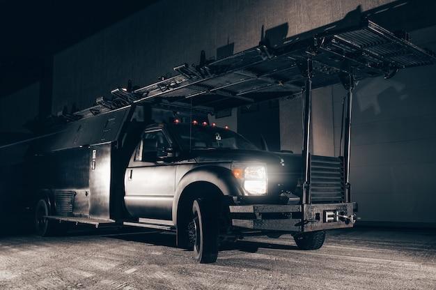 지붕에 사다리가 있는 트럭의 이미지. 테러 방지 개념입니다. swat용 특수 기계. 혼합 매체