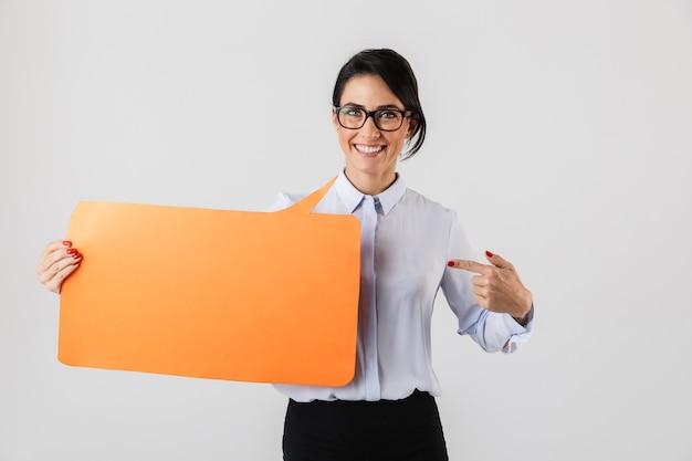 흰 벽 위에 절연 노란색 copyspace 현수막을 들고 안경을 쓰고 사랑스러운 사무실 여자의 이미지