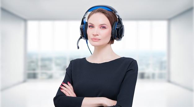 ヘッドセットを持つ魅力的な女性の画像。テレビショッピングのコンセプト。ミクストメディア