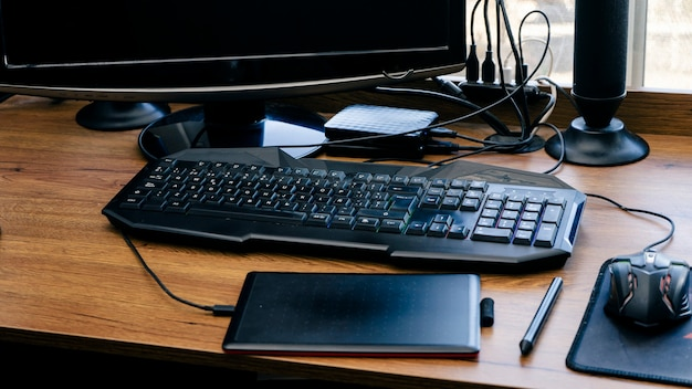 목재 책상 작업이 있는 홈오피스 인테리어 이미지입니다. 직원이 없는 컴퓨터 및 사무용품