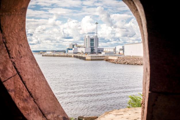 Изображение овального окна с видом на форт константин, кронштадт.