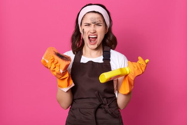핑크 이상 격리 화가 피곤 모델 포즈의 이미지