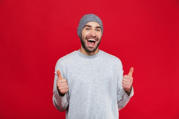 매력적인 남자 30 대 수염 웃으면 서 엄지 손가락을 보여주는 이미지