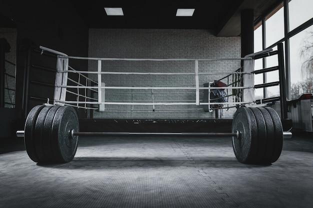 Изображение штанги в тренажерном зале. понятие спорта и здорового образа жизни.