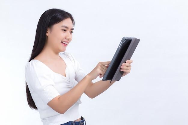 태블릿 폰을 즐겁게 사용하고 있는 아름다운 아시아 대학생 이미지