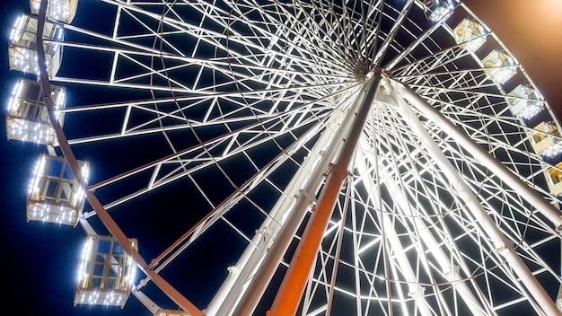밤에 아름 다운 큰 조명 관람차의 이미지