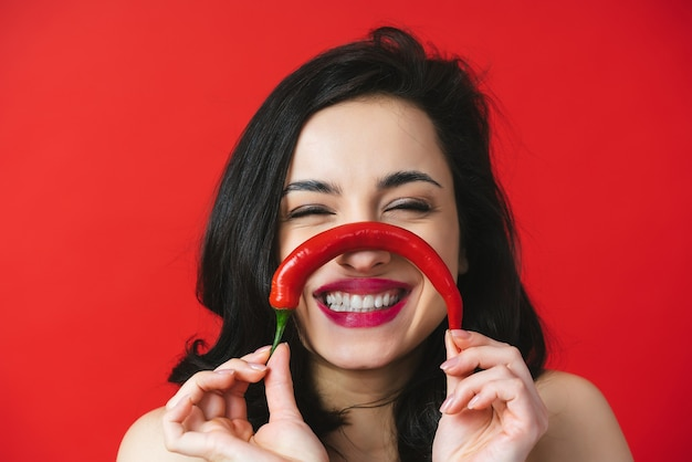 Изображение красивой женщины с красным перцем чили