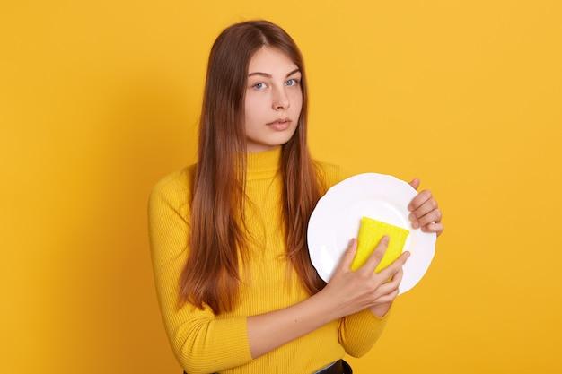 カメラを直接見て美しい若い白人女性のイメージ