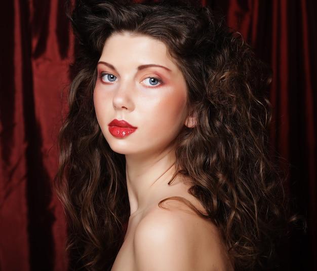 Изображение красивой молодой женщины с вьющимися волосами, крупным планом, студия выстрел