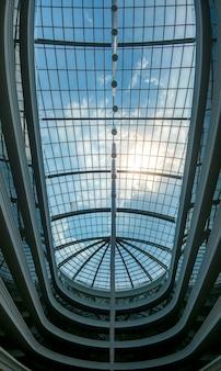 Изображение большого стеклянного купола в современном бизнес-центре или отеле. абстрактное архитектурное изображение стеклянной крыши
