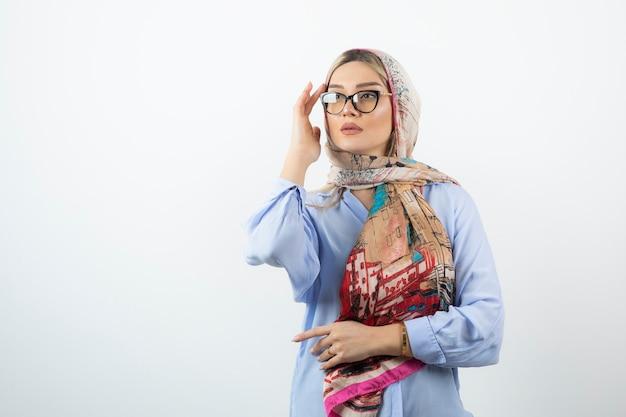 Изображение белокурой молодой женщины в очках носового платка.