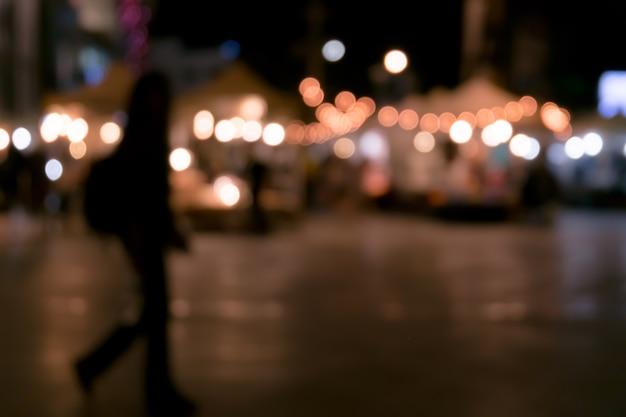 市場でのぼやけた夜の光のイメージ