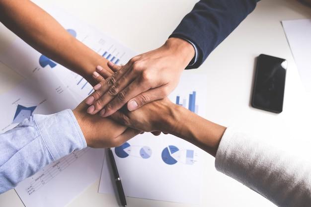 ビジネス、チームワークの人々の手の手の概念のイメージ。