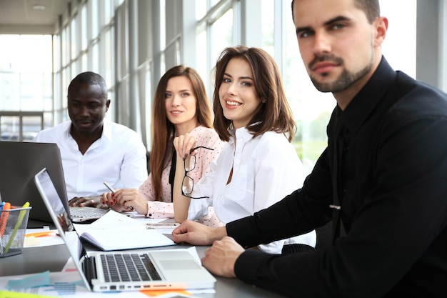 会議でドキュメントやアイデアを議論するビジネスパートナーの画像