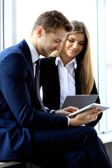 Изображение деловых партнеров, обсуждающих документы и идеи на встрече