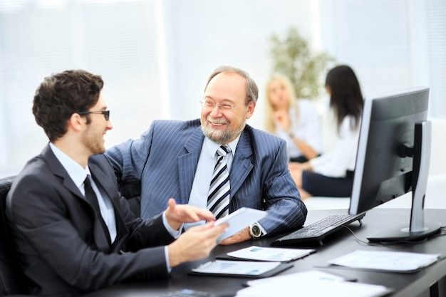 문서 및 아이디어를 논의하는 비즈니스 파트너 이미지