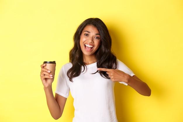 Образ жизнерадостной женщины, рекомендующей хороший кофе из кафе