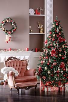 Изображение камина и украшенной елки с подарком