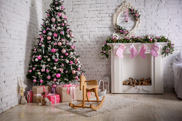 Изображение камина и украшенного елки с подарком