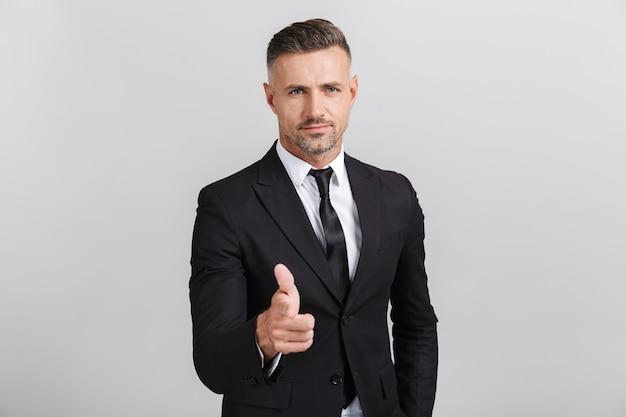 Изображение уверенного в себе взрослого бизнесмена в строгом костюме, указывая пальцем на вас, изолированные