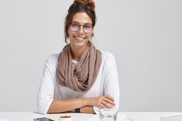 創造的な賢いジャーナリストの画像は透明な眼鏡をかけています