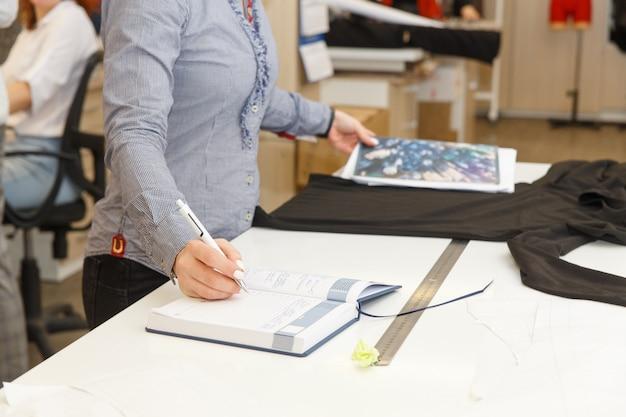 Изображение дизайнерских рук, работающих в мастерской