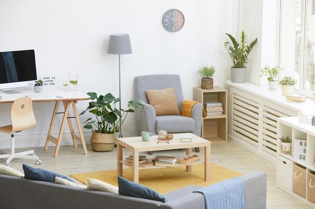 Изображение домашней комнаты с современной мебелью и столом с компьютером дома