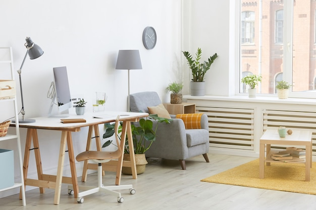 Изображение домашней комнаты с рабочим местом с компьютером и креслом в доме
