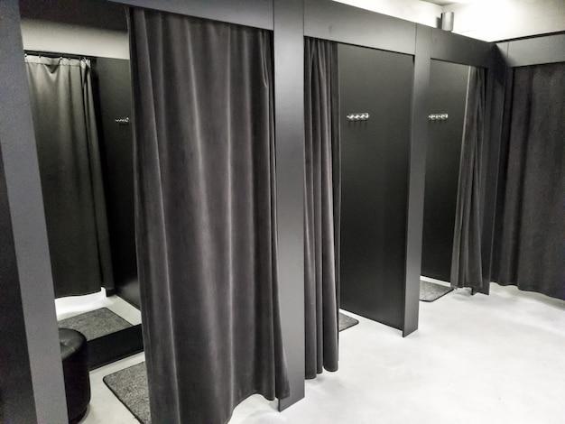 モダンなショッピングモールの更衣室や試着室の画像