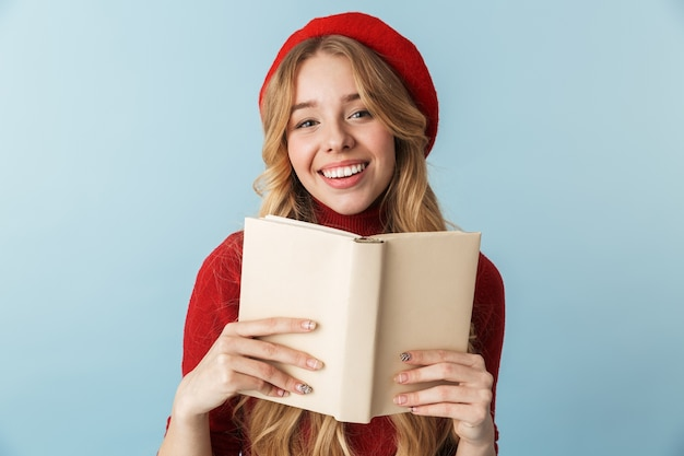 Изображение элегантной блондинки 20-х годов в красном берете, читающей книгу изолированы