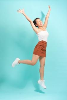 ジャンプの感情的な若い女性の画像