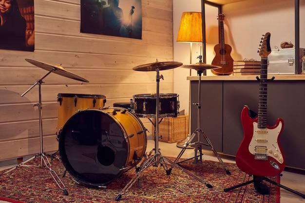 현대 악기가 있는 빈 음악 스튜디오의 이미지