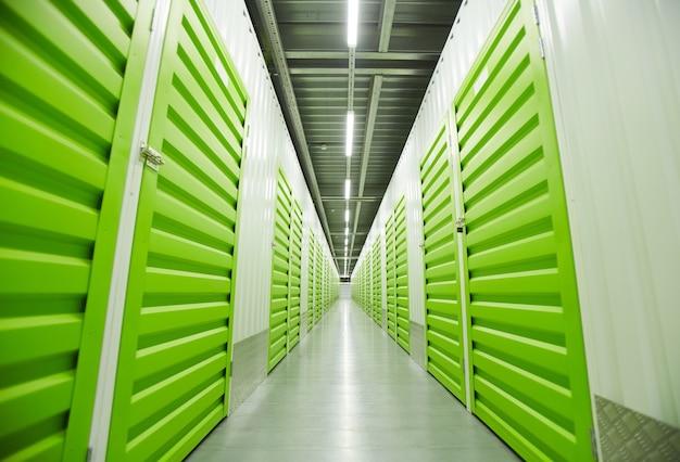 Изображение пустого склада с зелеными ящиками для хранения