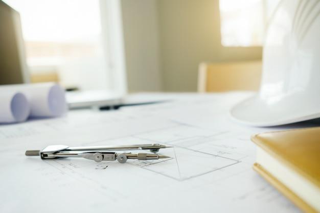 직장 평면도에 엔지니어링 개체의 이미지입니다. 건설 개념입니다. 엔지니어링 툴. 빈티지 톤 레트로 필터 효과, 소프트 포커스 (선택적 포커스)