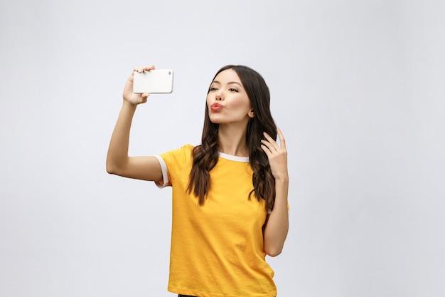 興奮した幸せな若い女性の画像