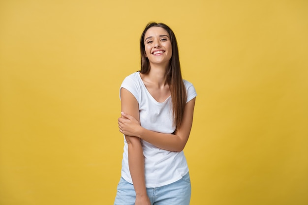 Изображение возбужденной молодой женщины, стоящей изолированной на желтом фоне. смотрю камеру.