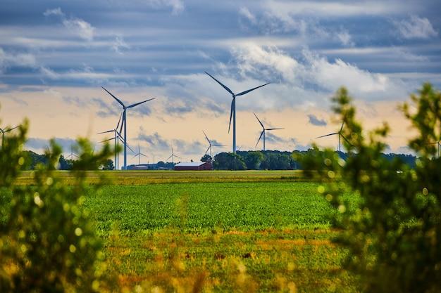 Изображение поля ветряных турбин в поле фермы с мягкими облаками