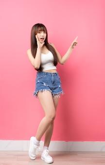 ピンクの若いアジアの女の子の全身の画像