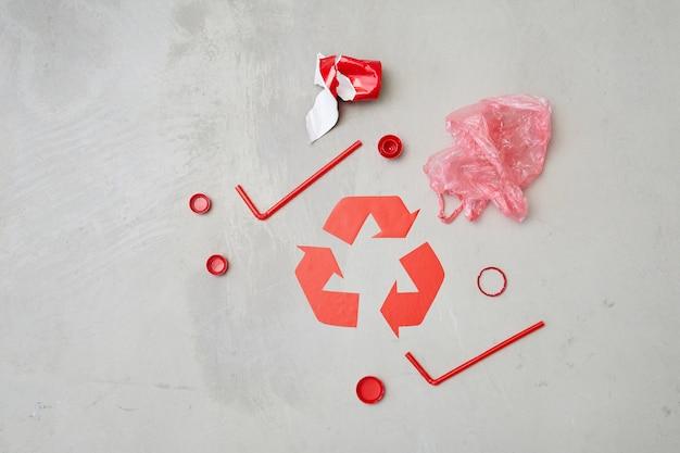 灰色の背景に分離されたゴミとリサイクルシンボルの画像