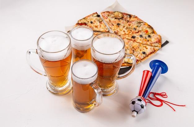 空の白い背景の上の泡ビール、ピザ、パイプとグラスの画像