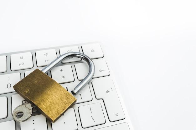 Изображение золотого металлического замка на клавиатуре