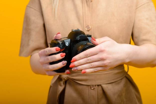 Изображение рук с камерой