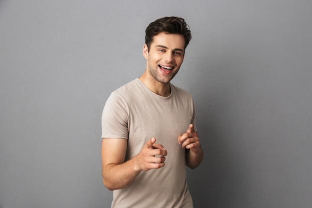 やああなたのようなカメラで無精ひげポインティング指を持っているハンサムな男の画像